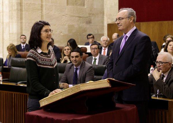 Carmen Molina prometiendo en el Parlamento de Andalucía