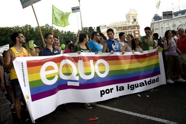 Personas de EQUO en una marcha por los derechos del colectivo LGTB.