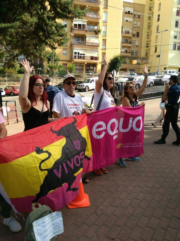 Compañeras de EQUO Málaga en la concentración animalista en Algeciras.