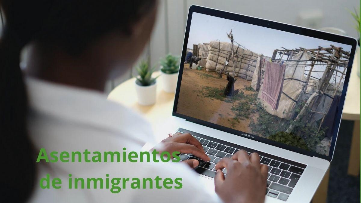 Imagen con portátil viendo la situación de los asentamientos de inmigrantes en Andalucía