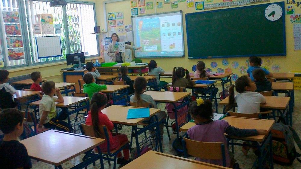 Aula de un colegio con su maestra dando clases en Andalucía