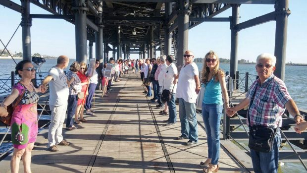 Nuestra coportavoz, Isabel Brito, en la cadena humana hecha en Huelva a favor de los refugiados.
