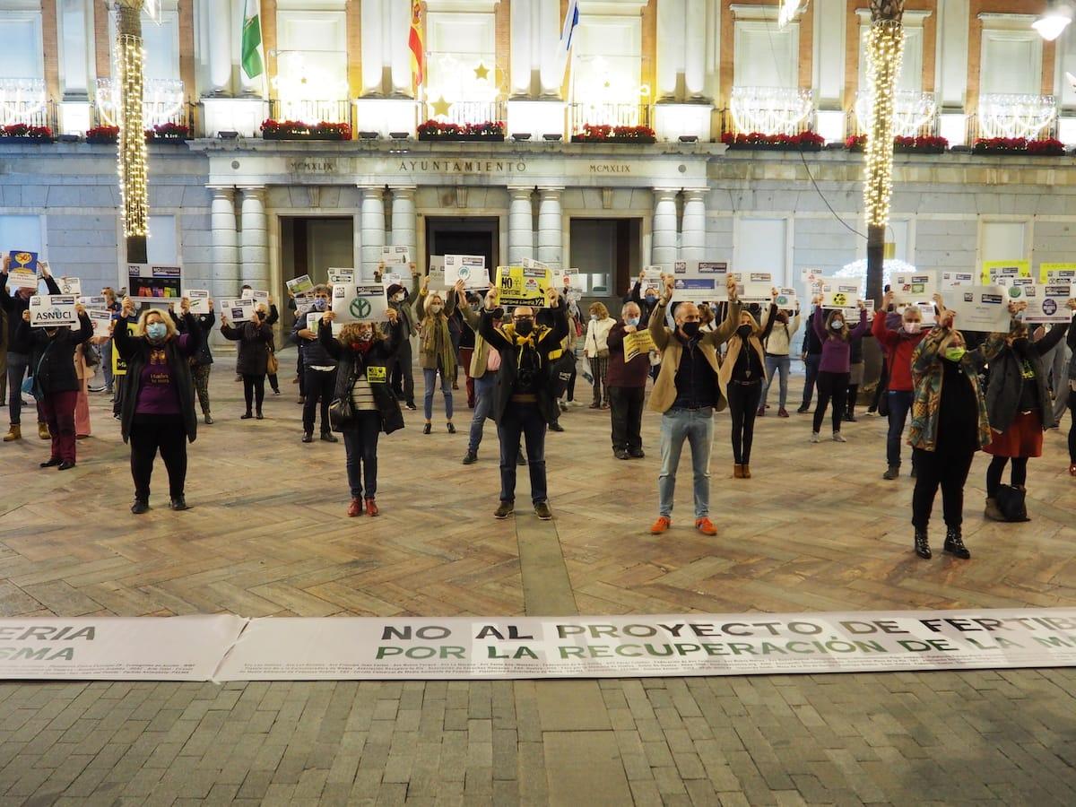 Foto concentración en Huelva contra los planes de Fertiberia para los fosfoyesos en Huelva