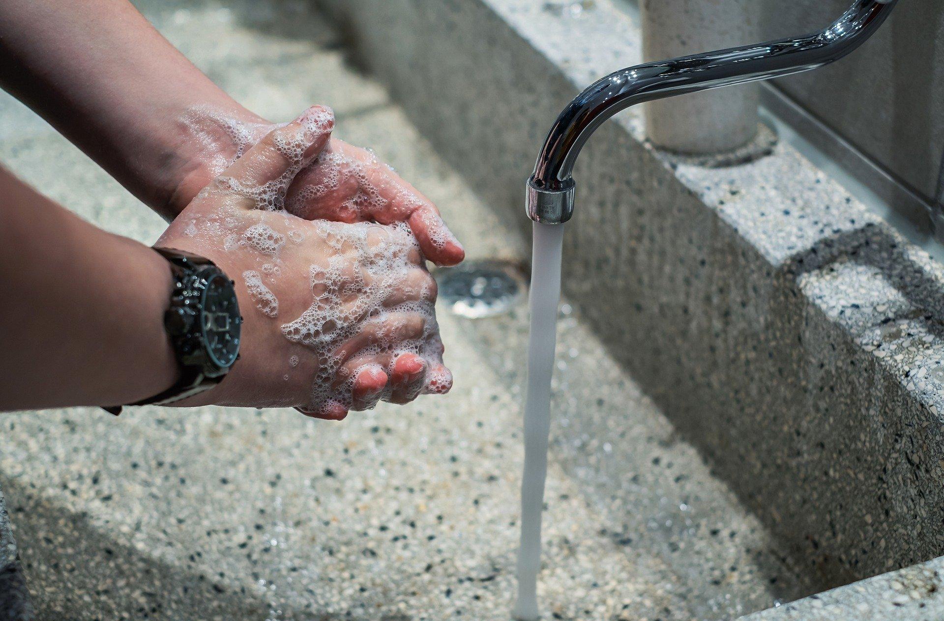 manos-hombre-lavando-las-manos