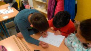 Niños y niñas en el aula del colegio