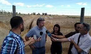 Juantxo López de Uralde y Carmen Molina se trasladaron a Doñana para denunciar el inicio de los trabajos./ EQUO