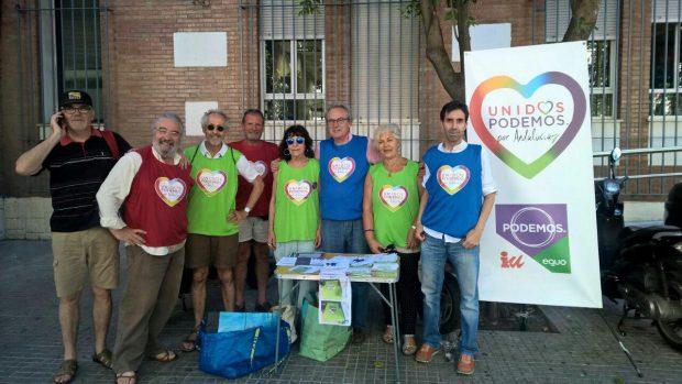 Mesa informativa organizada este lunes en Sevilla.