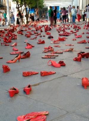 Foto de zapatos rojos contra la violencia machista
